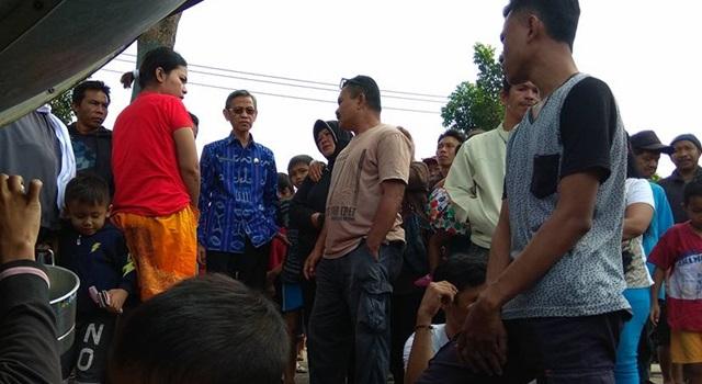 Wakil Walikota Kotamobagu Jainudin Damopolii saat meninjau lokasi kebaaran dan berteu warga