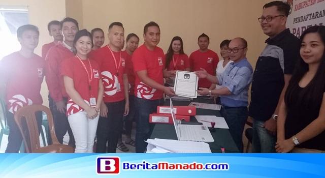 Penyerahan tanda terima berkas administrasi DPD PSI Minahasa