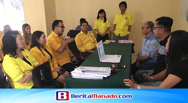 Careig Naichel Runtu saat berdiskusi dengan Komisioner KPU Minahasa