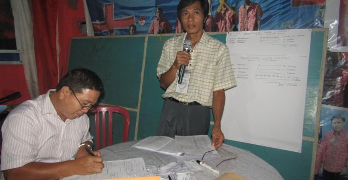 Pnt Jopie Warbung menandatangani berita acara disaksikan panitia Stenly Solung