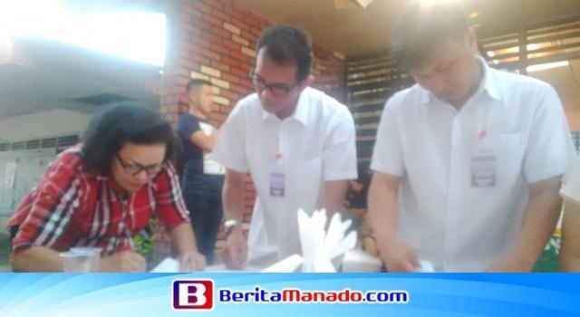 Penatua Kolom 1 terpilih Medelina Simanjuntak-Siregar saat menandatangani berita acara