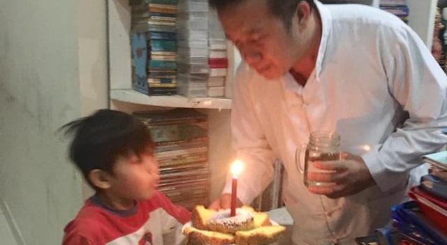 Alung saat memberikan kue ulang tahun sederhana hasil kreasi bersama sang kakak Jillian kepada Sofyan Jimmy Yosadi