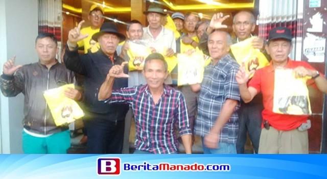 Beberapa warga Kawangkoan nampak gembira mendapatkan kaos bergambar Tetty Paruntu