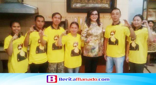 Tetty Paruntu foto bersama para pelayan Rumah Kopi