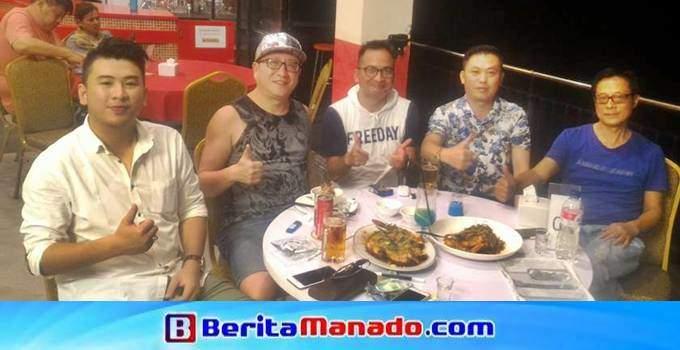 Turis asal Tiongkok bersama Dino Gobel (Tengah)