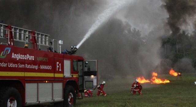 Pemadam kebakaran Bandara Sam Ratulangi berusaha memadamkan api