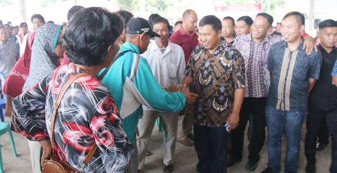 Bupati James Sumendap menyalami warga penerima bantuan stimulan perumahan swadaya