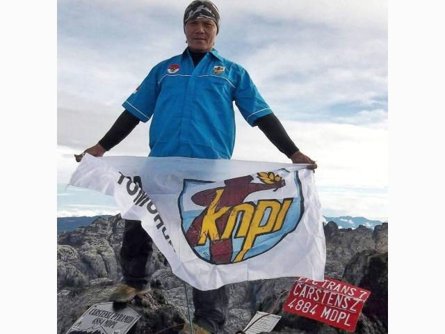 Raymond Rengkung saat tiba di puncak Carstensz