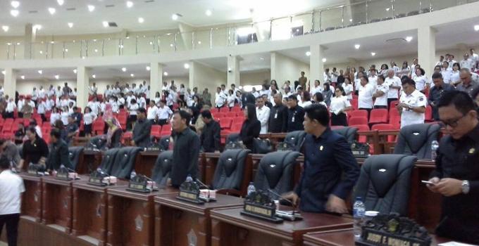 Disaksikan anggota DPRD yang hadir sudah memenuhi korum