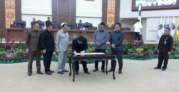 Ketua DPRD Sulut, Andrei Angouw, menandatangani berita acara penetapan KUA-PPAS 2018
