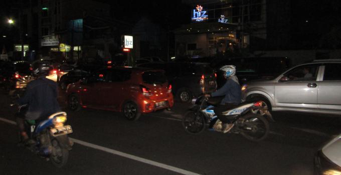 Antrian panjang kendaraan di akses Boulevard-Samrat Bank Mandiri Syariah Megamas