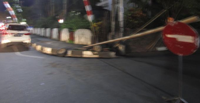 Akses Boulevard-Ahmad Yani arah rumah kopi K.8 depan Mantos 3 ditutup