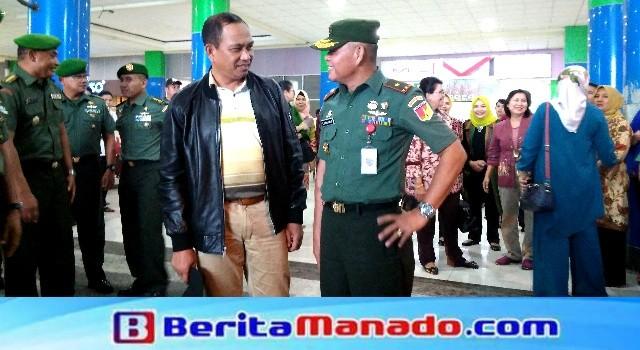 Brigjen AAB Maliogha saat dijemput oleh Brigjen TNI Sabar Simanjuntak di Bandara Sam Ratulangi tanggal 15 November 2017