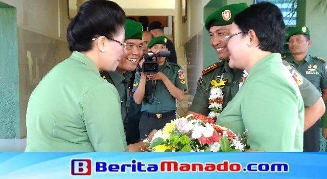Brigjen TNI Sabar Simanjuntak bersama istri menyambut Kolonel Inf Robert Joseph Giri bersama istri