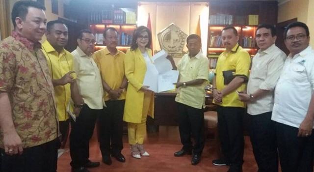 Christiany Eugenia Paruntu (tengah) saat menerima SK Ketua DPD I Partai Golkar Sulut dari Sekjen DPP Partai Golkar Idrus Marhan. (Foto:IST)