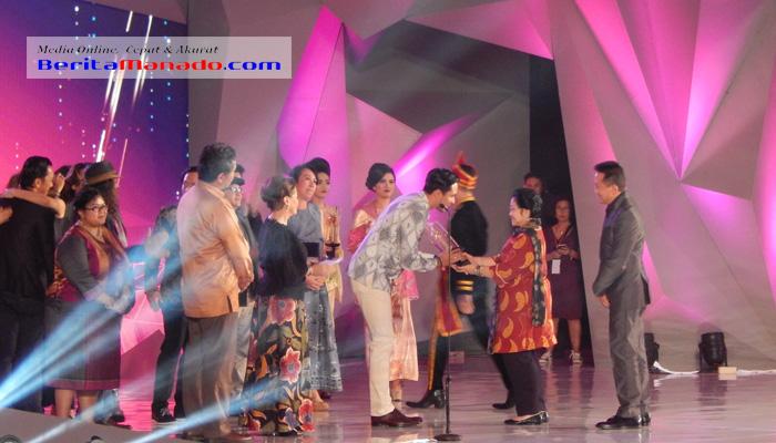 Megawati saat memberikan Piala Citra FFI 2017 kepada pemenang Film Terbaik