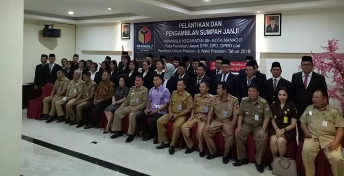 Foto bersama saat Pelantikan dan Pengambilan Sumpah Panwaslu Kecamatan se-Kota Manado