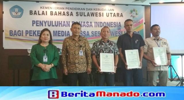 Ketua BBPSU Supriyanto Widodo bersama Ketua Panitia Penyuluhan Nurul Qomariah, menyerahkan sertifikat kepada pimpinan organisasi jurnalis di Sulut.
