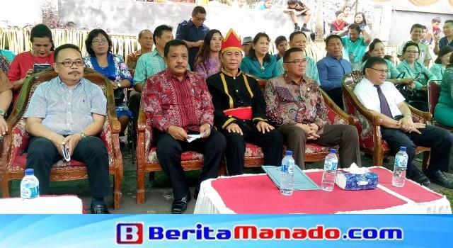 Hukum Tua Desa Sawangan Stendry Wangke, diapit Wakil Ketua DPRD Minut Denny Wowiling, Kepala Dinas Sosial-PMD Cakrawira Gundo, dan Wabup Ir Joppi Lengkong.