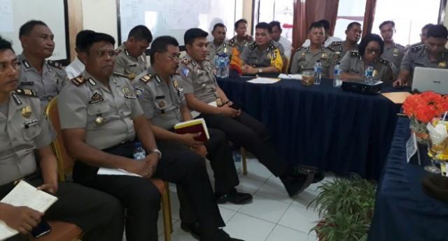 Para perwira Polres Minut mengikuti rapat anev.