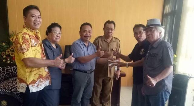 Ketua DPD II Golkar Minut Denny Wowiling didampingi Fraksi Partai Golkar di DPRD Minut, menyerahkan bantuan dari Ketua Golkar Sulut Tetty Paruntu kepada IPMU.