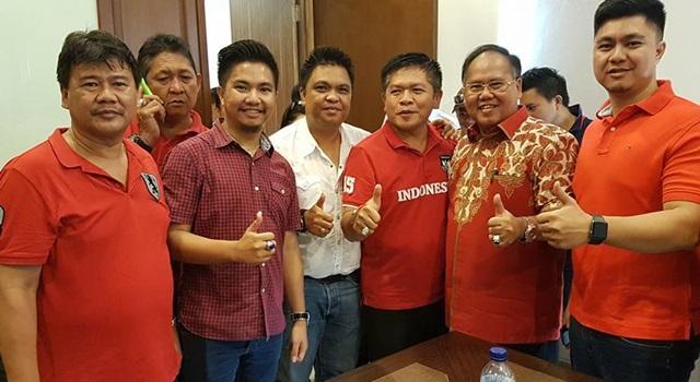 Jeffry Korengkeng (kedua dari kanan) bersama pendukungnya saat berada di Sekretariat DPD PDIP Sulut. (Foto:IST)