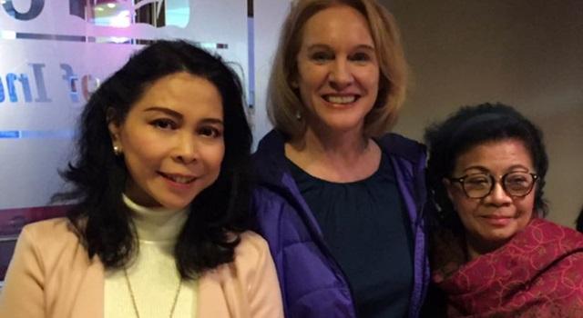 Meyke Warankiran (kiri) dan Walikota Seattle Jenny Durkan (tengah)