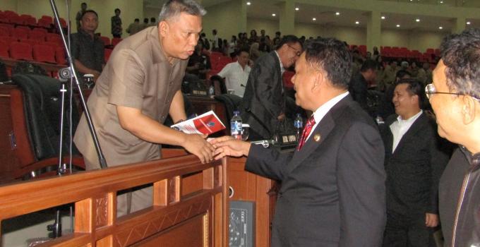 Olly Dondokambey menyalami anggota DPRD usai rapat paripurna