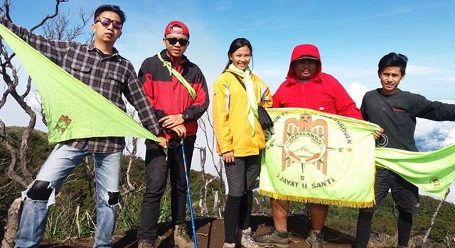 Veronika Kanter (tengah) bersama teman-teman kelompok pencinta alam saat berada di atas puncak gunung. (Foto:IST)