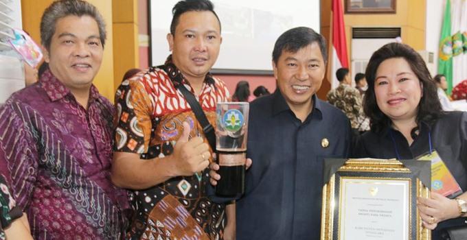 Bupati James Sumendap SH, Kadis Kesehatan dr Rinny Tamuntuan, Kabag Humas Franky Wowor S.Sos, serta Staf Humas Wilson Umbas usai menerima penghargaan Kabupaten Sehat
