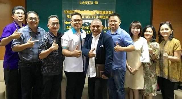 Dino Gobel (ketiga dari kiri) dan Vincent Jemadu (tengah) bersama para peserta Diskusi Strategi Promosi Pariwisata Sulut. (Foto:IST)