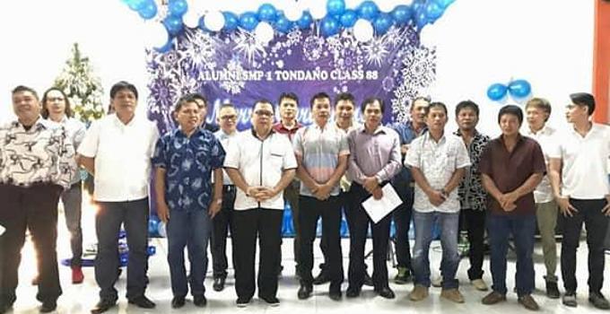 Alumni SMPNegeri 1 Tondano berdiri