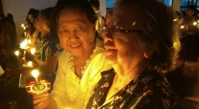 Ibunda Aryanthi Baramuli (baju putih) Prof DR Min Albertina Nomay Kaunang SH MH MBA MSc MTh PhD, saat mengikuti ibadah Malam Natal di Palangkaraya. (Foto:IST)