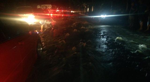 Situasi lalulintas macet akibat ruas jalan digenangi air. (Foto:BeritaManado.com)