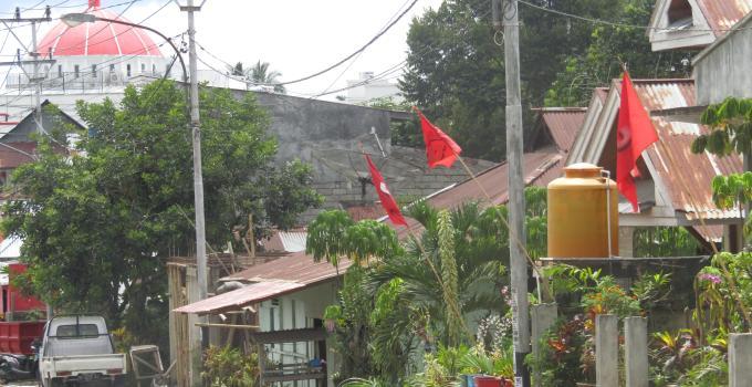 Bendera Merah terpasang di tepi jalan di semua kecamatan di Mitra yakni, Tombatu, Ratahan, Belang, Ratatotok dan kecamatan lainnya