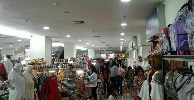 Di Lantai 2 itCenter hadirkan banyak pilihan mulai dari sepatu, sandal, boots, sporty shoes untuk anak dan dewasa, aneka boutique, distro dan tas import