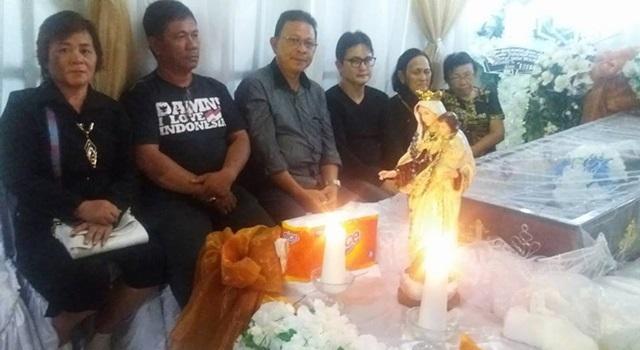 Dicky Masengi (ketiga dari kiri) saat melayat ke rumah duka keluarganya. (Foto:IST)