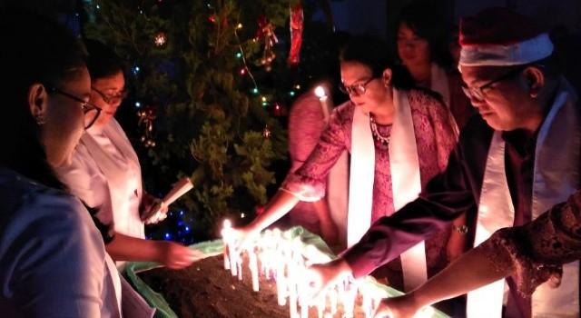 Penyalaan lilin Natal, menghayati kehadiran Yesus sebagai terang dunia.