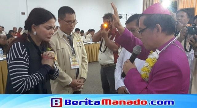 Uskup Manado Mgr Benedictus Estephanus Rolly Untu mendoakan Bupati Minut Vonnie Panambunan.