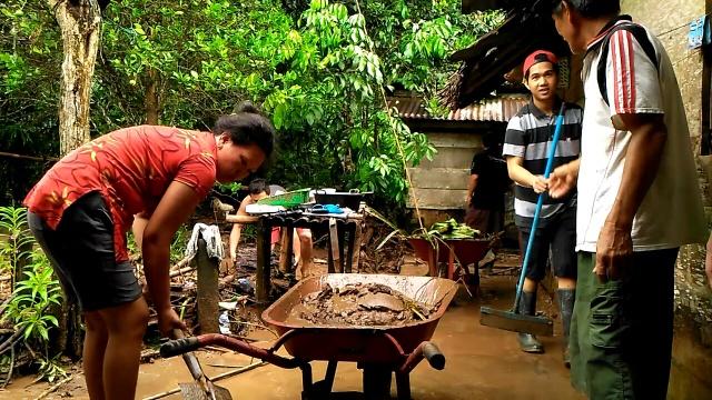 Warga Desa Sulu Bergotong Royong Membersihkan Rumah Warga
