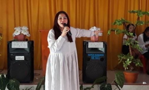 Bupati VONNIE PANAMBUNAN Bagi Kado Natal ke Warga Likupang Barat