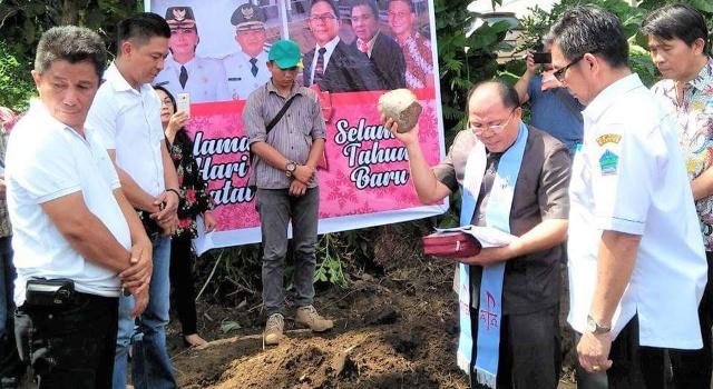 Pdt Adolf Wenas MTh mendoakan pembangunan Kantor Balai Penyuluhan Pertanian Kecamatan Kalawat.