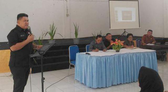 Hukum Tua Desa Talawaan Christian Umboh mempresentasikan kegitan di Desa Talawaan.