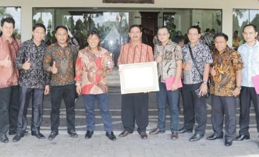 Bupati JAMES SUMENDAP Raih Penghargaan Kabupaten Peduli HAM