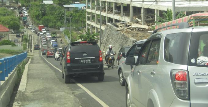 Iring-iringan kendaraan masuk keluar ruas ringroad