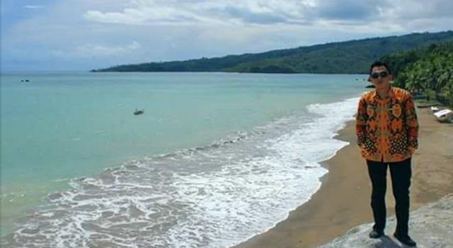 Ivan Assa saat berada di lokasi Pantai Molobok dengan pakaian batik. (Foto:IST)