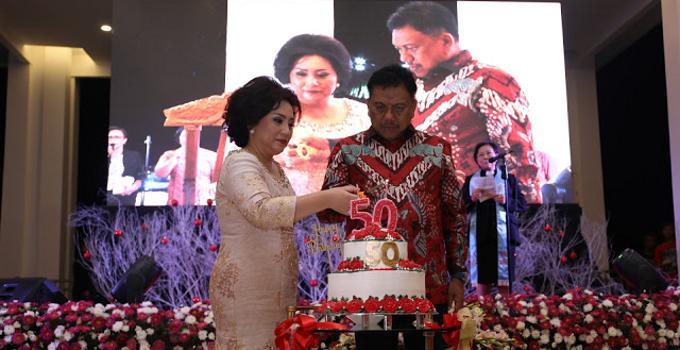 Sukacita HUT ke-50, Rita Tamuntuan pasang lilin didampingi suami Olly Dondokambey