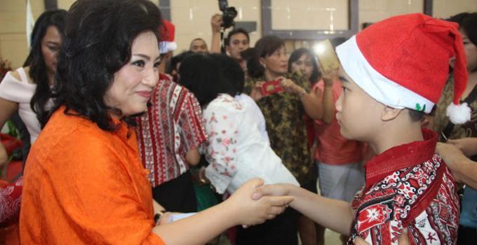 Rita Tamuntuan bersama anak-anak YPAC