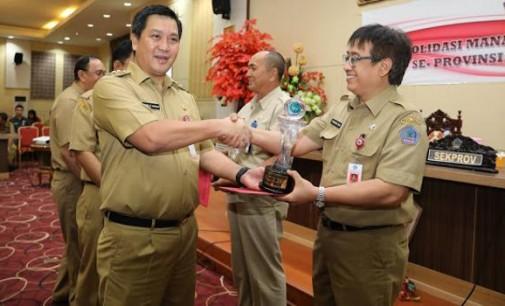 Wagub STEVEN KANDOUW Serahkan Kepegawaian Award 2017