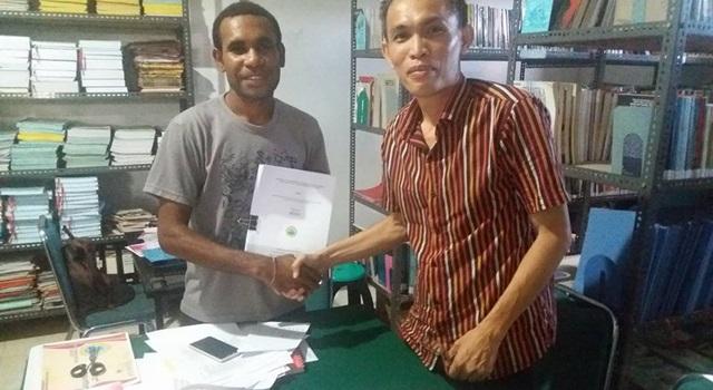 Simpson Kusa saat konsultasi perbaikan Skripsi dengan Dosen Penguji Ir Jacky Sepang MBA. (Foto:IST)